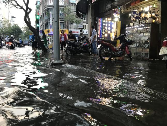 Người dân Sài Gòn vật lộn với triều cường trên đường về nhà ảnh 9