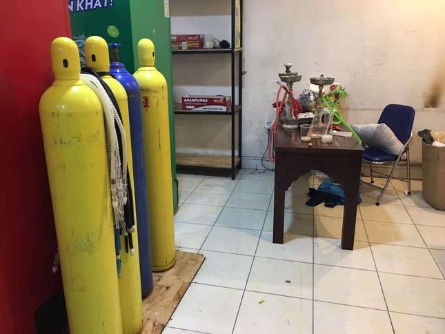 Công an đột kích quán bar nổi tiếng Sài Gòn, hàng trăm dân chơi tháo chạy ảnh 2
