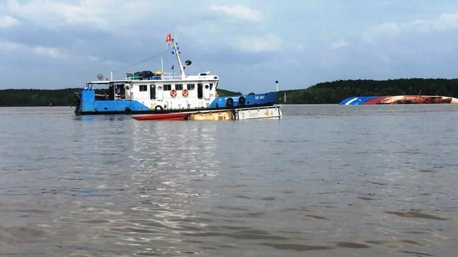 Bao giờ hút hết 150 tấn dầu trong tàu bị chìm ở Sài Gòn? ảnh 1