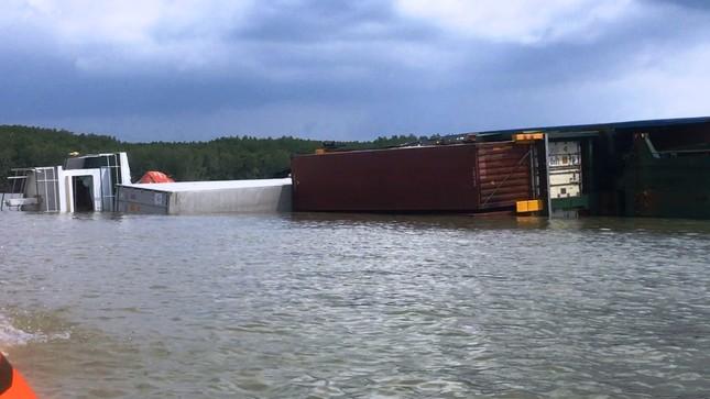 Bao giờ hút hết 150 tấn dầu trong tàu bị chìm ở Sài Gòn? ảnh 2