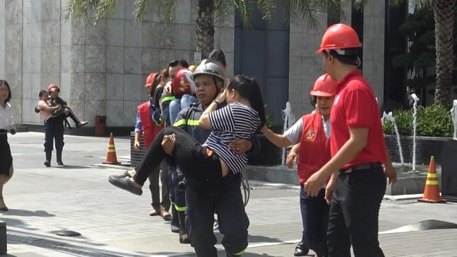 'Người nhện' đu dây trên toà nhà cao nhất Việt Nam cứu nạn nhân gặp hỏa hoạn ảnh 4