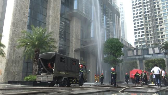 'Người nhện' đu dây trên toà nhà cao nhất Việt Nam cứu nạn nhân gặp hỏa hoạn ảnh 1
