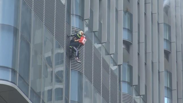 'Người nhện' đu dây trên toà nhà cao nhất Việt Nam cứu nạn nhân gặp hỏa hoạn ảnh 9