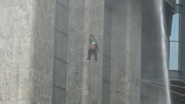 'Người nhện' đu dây trên toà nhà cao nhất Việt Nam cứu nạn nhân gặp hỏa hoạn ảnh 10