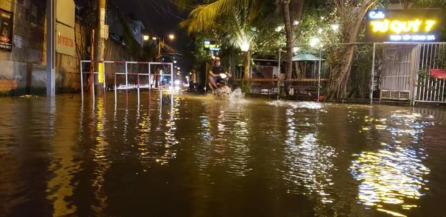 Đường phố Sài Gòn ngập nặng tối đầu tuần do triều cường ảnh 8