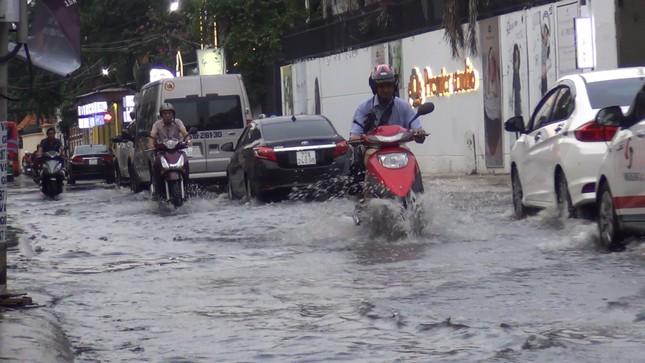 Đường phố Sài Gòn ngập nặng tối đầu tuần do triều cường ảnh 1