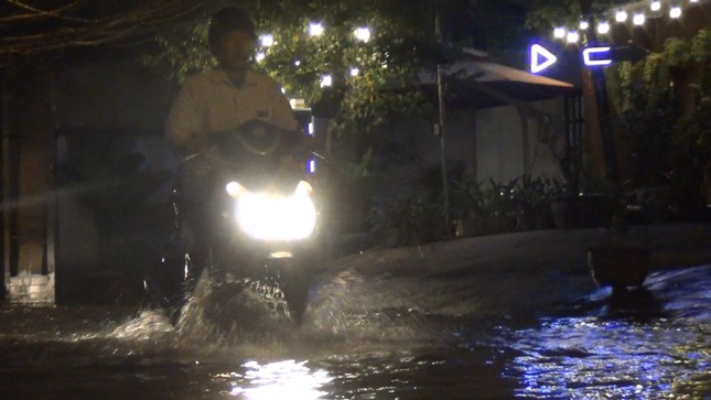Đường phố Sài Gòn ngập nặng tối đầu tuần do triều cường ảnh 2