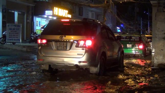Đường phố Sài Gòn ngập nặng tối đầu tuần do triều cường ảnh 3
