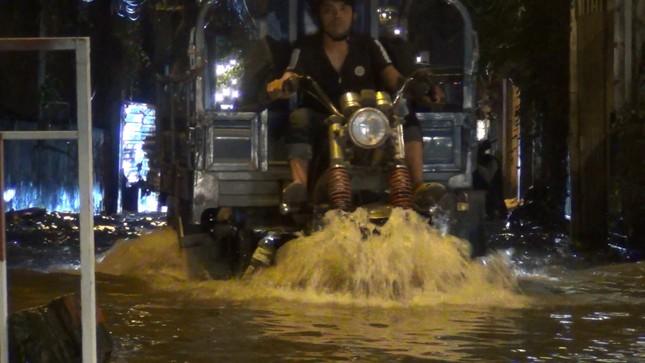 Đường phố Sài Gòn ngập nặng tối đầu tuần do triều cường ảnh 4