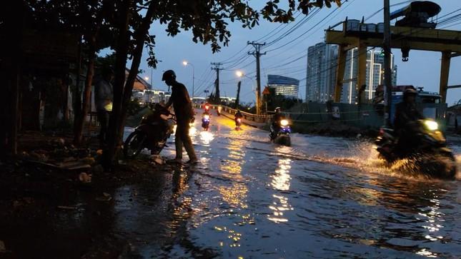 Đường phố Sài Gòn ngập nặng tối đầu tuần do triều cường ảnh 5