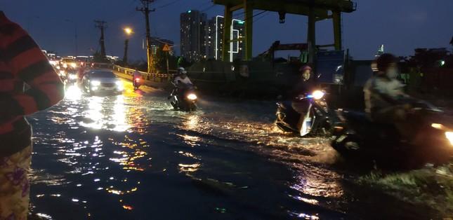 Đường phố Sài Gòn ngập nặng tối đầu tuần do triều cường ảnh 7