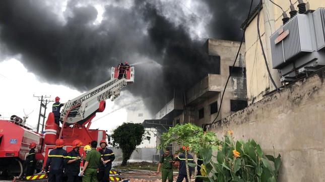 NÓNG: Hàng trăm người đang dập đám cháy kinh hoàng ở Sài Gòn ảnh 3