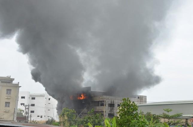 NÓNG: Hàng trăm người đang dập đám cháy kinh hoàng ở Sài Gòn ảnh 1