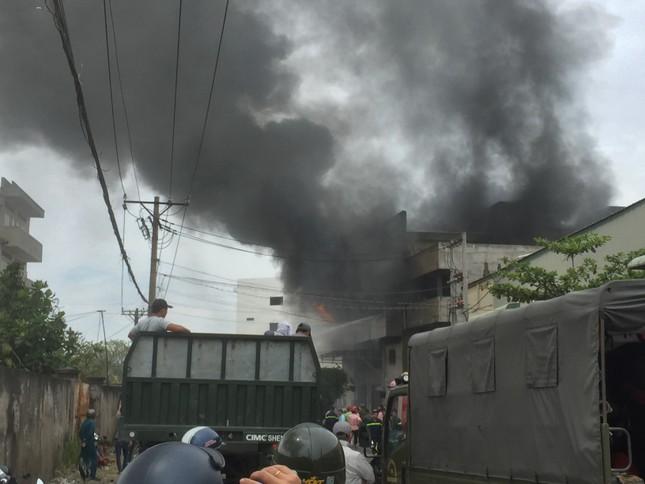 NÓNG: Hàng trăm người đang dập đám cháy kinh hoàng ở Sài Gòn ảnh 2