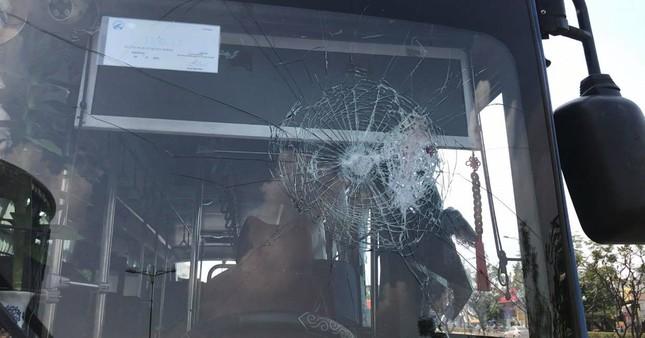 Côn đồ cầm hung khí đập nát xe buýt, nhiều hành khách hoảng loạn tháo chạy ảnh 2