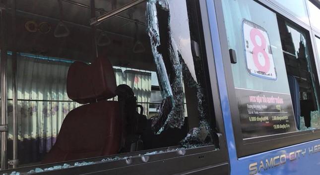 Côn đồ cầm hung khí đập nát xe buýt, nhiều hành khách hoảng loạn tháo chạy ảnh 3