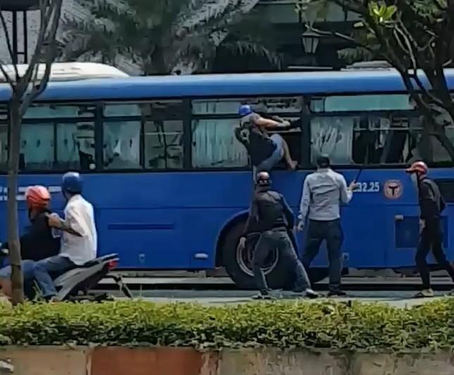 Côn đồ cầm hung khí đập nát xe buýt, nhiều hành khách hoảng loạn tháo chạy ảnh 1