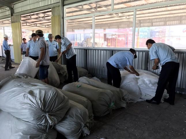 Ba container hàng Trung Quốc giả mạo nhãn mác Việt Nam để xuất sang Mỹ ảnh 1