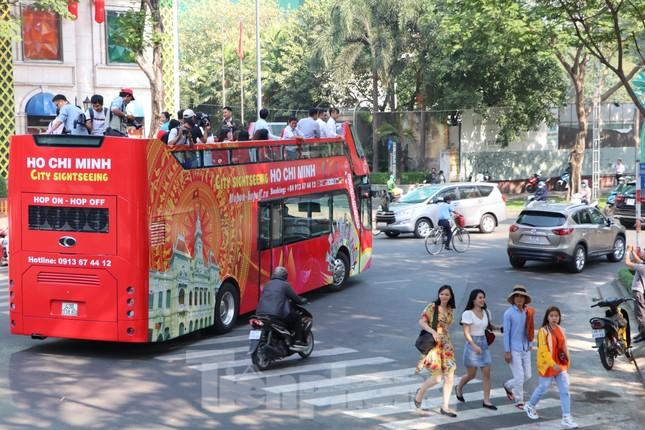 Người Sài Gòn háo hức trải nghiệm xe buýt 2 tầng mui trần lần đầu xuất hiện ảnh 1