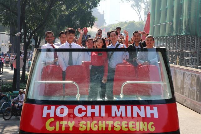 Người Sài Gòn háo hức trải nghiệm xe buýt 2 tầng mui trần lần đầu xuất hiện ảnh 2