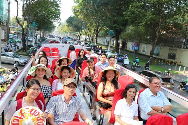 Người Sài Gòn háo hức trải nghiệm xe buýt 2 tầng mui trần lần đầu xuất hiện ảnh 3