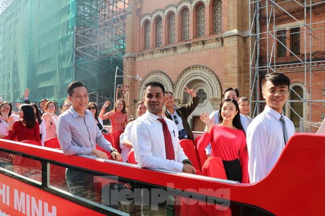 Người Sài Gòn háo hức trải nghiệm xe buýt 2 tầng mui trần lần đầu xuất hiện ảnh 4