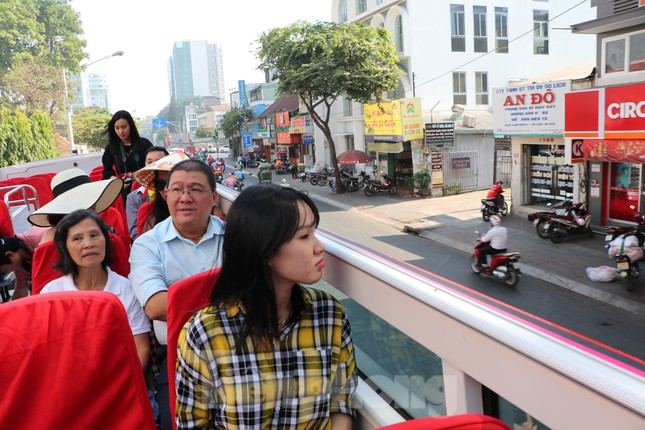 Người Sài Gòn háo hức trải nghiệm xe buýt 2 tầng mui trần lần đầu xuất hiện ảnh 7