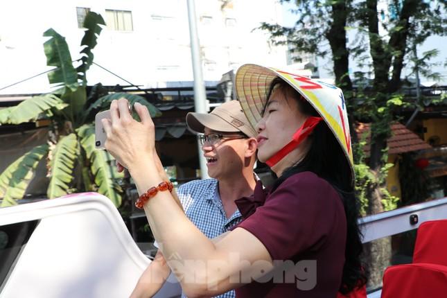 Người Sài Gòn háo hức trải nghiệm xe buýt 2 tầng mui trần lần đầu xuất hiện ảnh 10