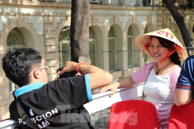 Người Sài Gòn háo hức trải nghiệm xe buýt 2 tầng mui trần lần đầu xuất hiện ảnh 9