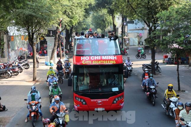 Người Sài Gòn háo hức trải nghiệm xe buýt 2 tầng mui trần lần đầu xuất hiện ảnh 14