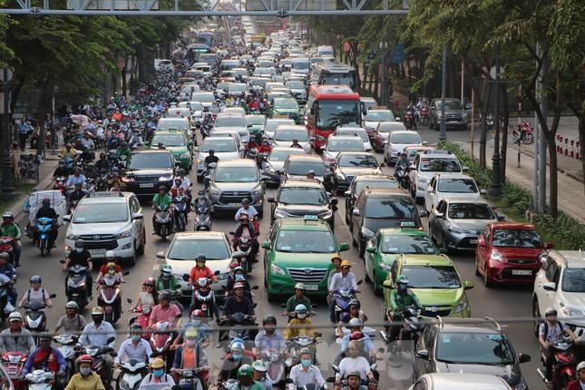 Nghẹt thở qua cửa ngõ sân bay Tân Sơn Nhất những ngày cuối năm ảnh 9