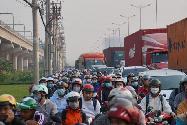 Cửa ngõ Sài Gòn kẹt xe kinh hoàng trong ngày đưa ông Táo về trời ảnh 1