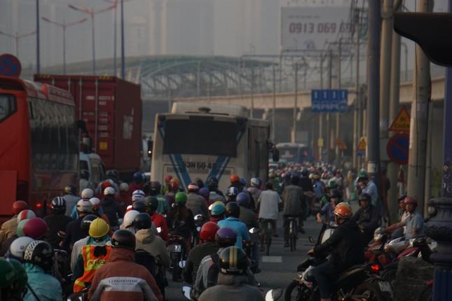 Cửa ngõ Sài Gòn kẹt xe kinh hoàng trong ngày đưa ông Táo về trời ảnh 7