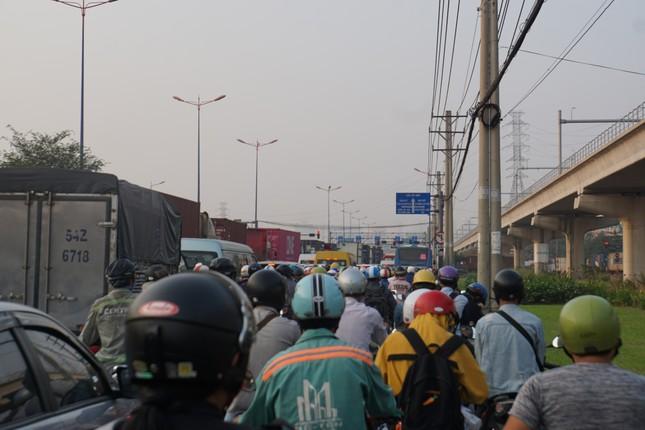 Cửa ngõ Sài Gòn kẹt xe kinh hoàng trong ngày đưa ông Táo về trời ảnh 6
