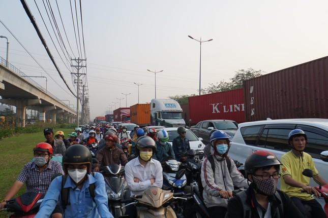 Cửa ngõ Sài Gòn kẹt xe kinh hoàng trong ngày đưa ông Táo về trời ảnh 9