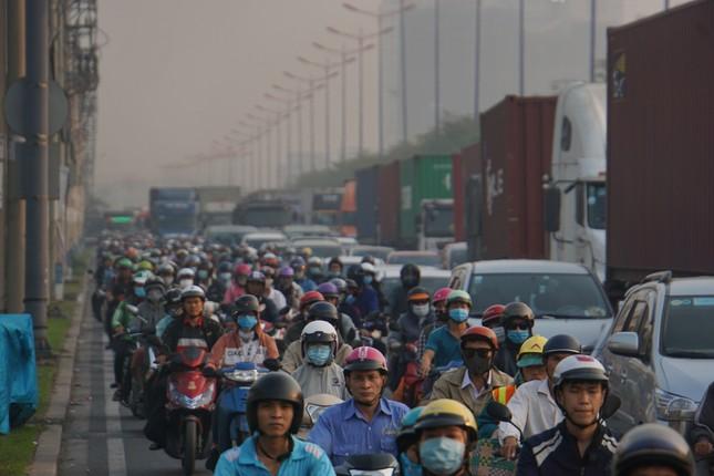 Cửa ngõ Sài Gòn kẹt xe kinh hoàng trong ngày đưa ông Táo về trời ảnh 5