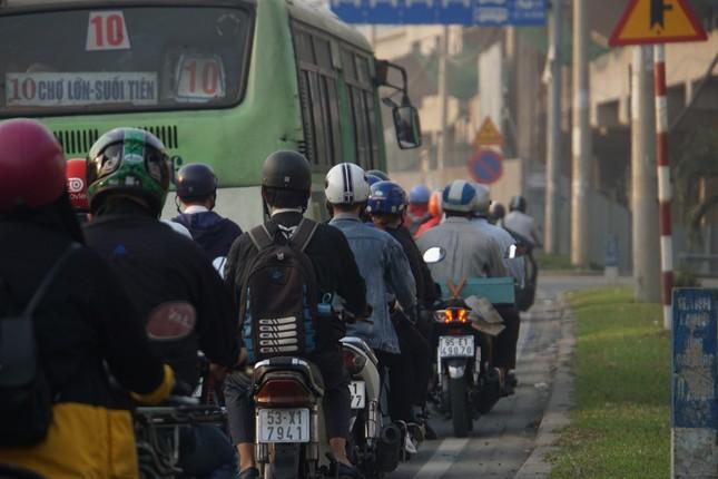 Cửa ngõ Sài Gòn kẹt xe kinh hoàng trong ngày đưa ông Táo về trời ảnh 3