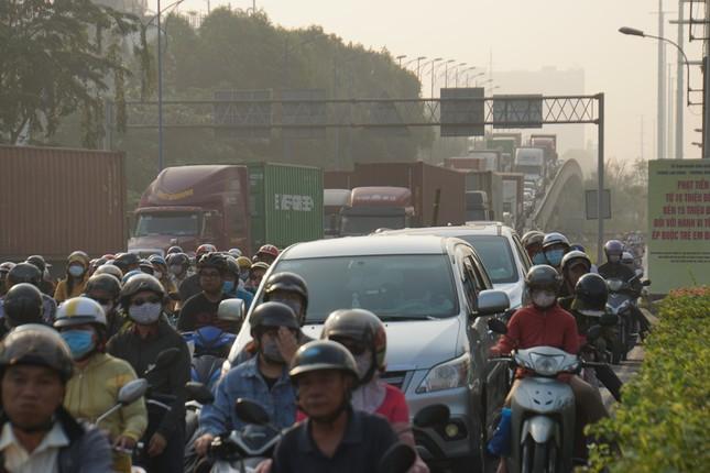 Cửa ngõ Sài Gòn kẹt xe kinh hoàng trong ngày đưa ông Táo về trời ảnh 2
