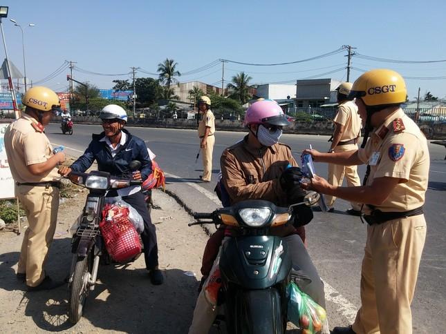 Bị CSGT 'tuýt còi', người dân về quê ăn tết bất ngờ được tặng nước suối ảnh 2