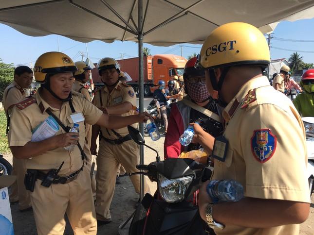 Bị CSGT 'tuýt còi', người dân về quê ăn tết bất ngờ được tặng nước suối ảnh 3
