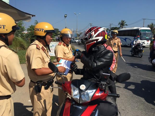 Bị CSGT 'tuýt còi', người dân về quê ăn tết bất ngờ được tặng nước suối ảnh 7