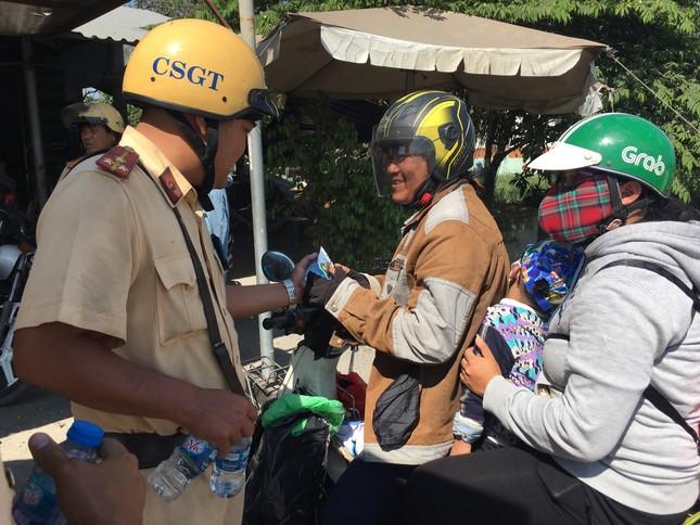 Bị CSGT 'tuýt còi', người dân về quê ăn tết bất ngờ được tặng nước suối ảnh 9