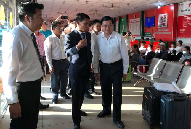 Nguyên Chủ tịch nước Trương Tấn Sang tặng quà cho lái xe khách phục vụ tết ảnh 1