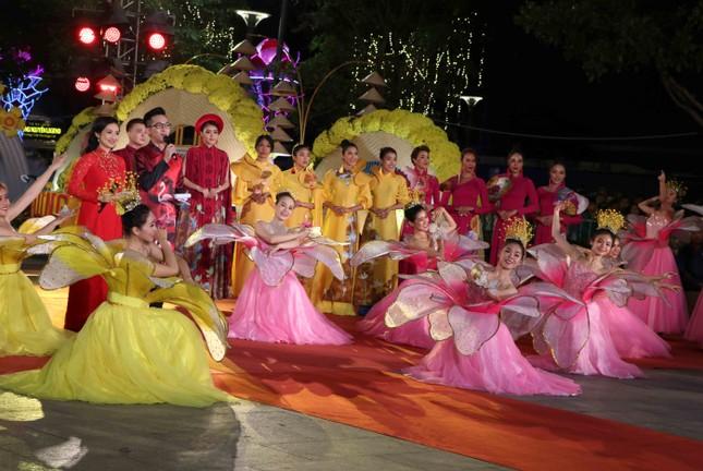 Đường hoa Nguyễn Huệ xuân Canh Tý chính thức mở cửa đón khách ảnh 2