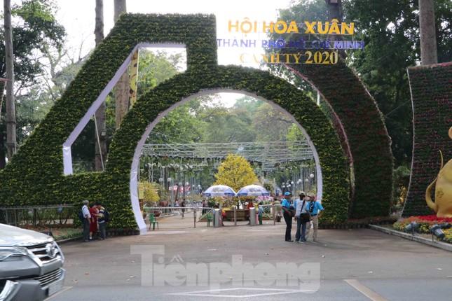 Dân Sài Gòn kéo nhau vào hội hoa xuân chụp hình 'tự sướng' ngày cận tết ảnh 1