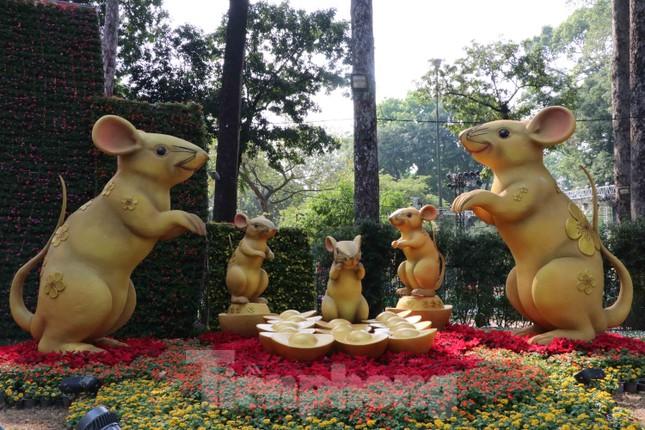 Dân Sài Gòn kéo nhau vào hội hoa xuân chụp hình 'tự sướng' ngày cận tết ảnh 2