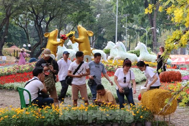 Dân Sài Gòn kéo nhau vào hội hoa xuân chụp hình 'tự sướng' ngày cận tết ảnh 4