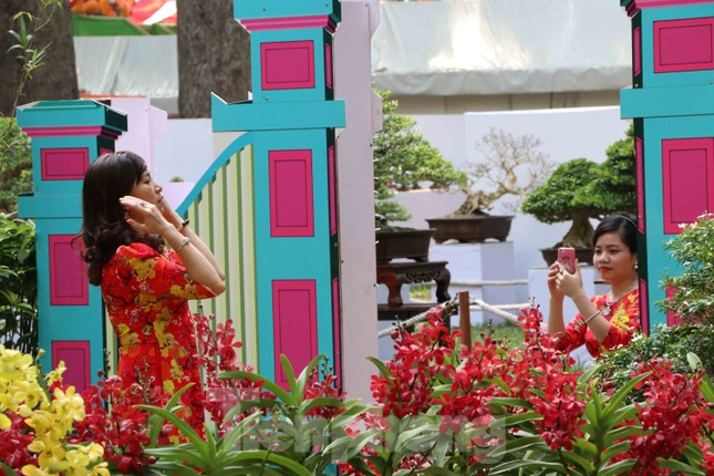 Dân Sài Gòn kéo nhau vào hội hoa xuân chụp hình 'tự sướng' ngày cận tết ảnh 6