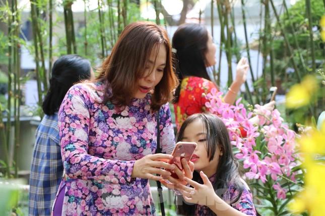 Dân Sài Gòn kéo nhau vào hội hoa xuân chụp hình 'tự sướng' ngày cận tết ảnh 9