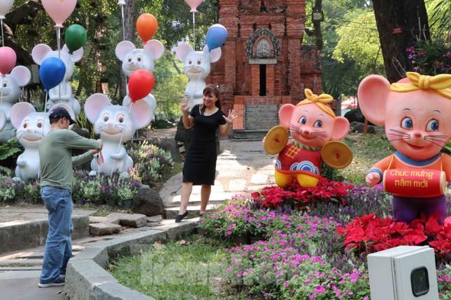 Dân Sài Gòn kéo nhau vào hội hoa xuân chụp hình 'tự sướng' ngày cận tết ảnh 11